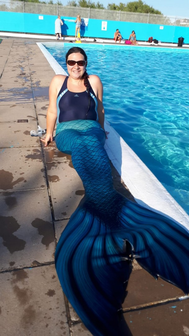 Mermaid Kerenza Sapphire in her Finfolk fabric tail at Brightlingsea Lido | mermaiding.co.uk